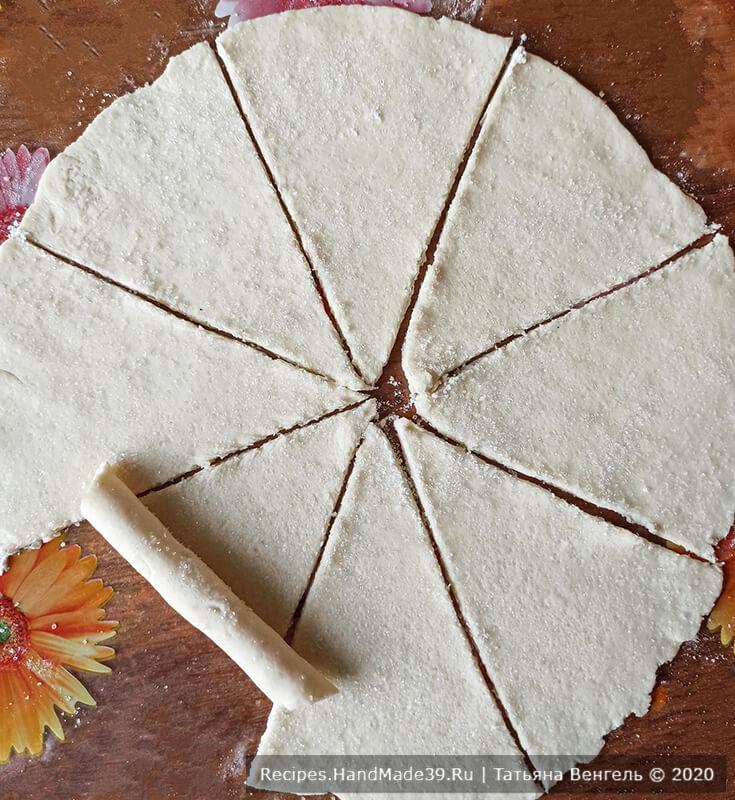 Творожные рогалики – фото шаг 5. Разрезать круг на сегменты