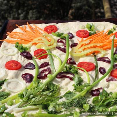 Фокачча с овощами – фото шаг 9. Сбрызнуть фокаччу оставшимся маслом, наколоть вилкой в тех местах, где будет лежать «картина»