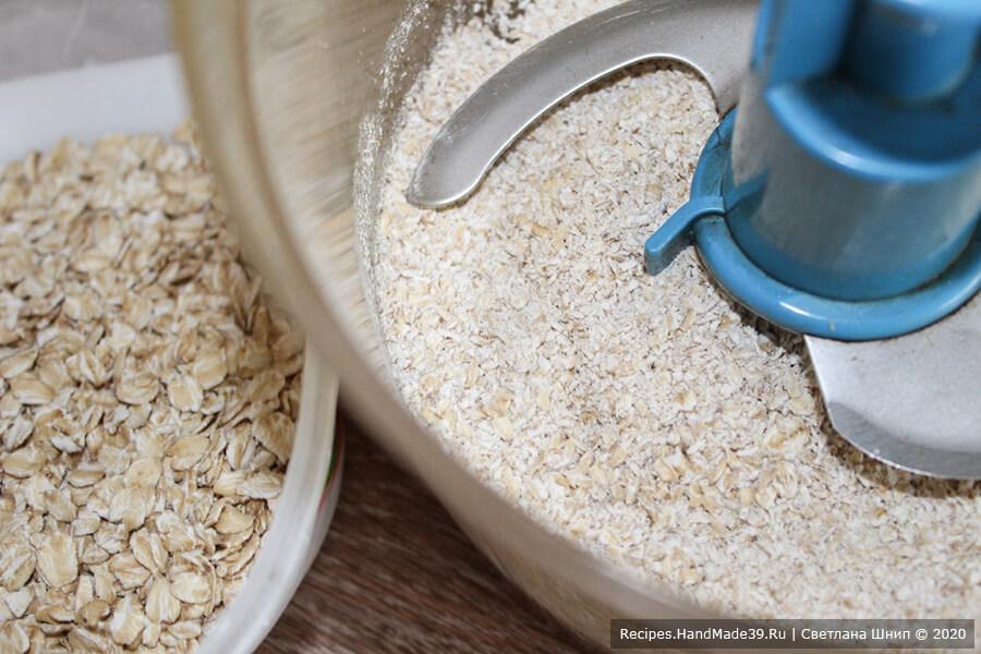 Овсяное печенье – фото шаг 1. Овсяные хлопья измельчить в кухонном комбайне