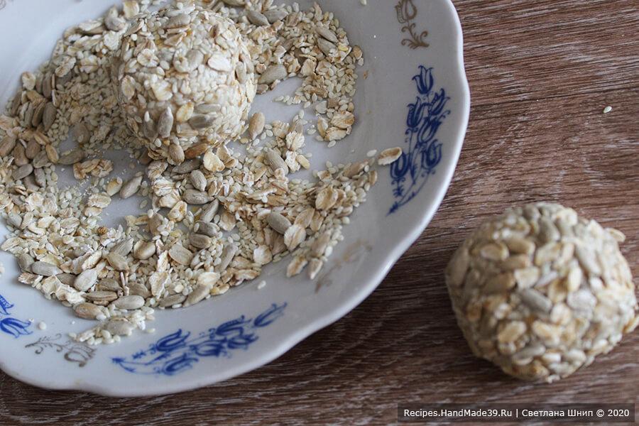 Овсяное печенье – фото шаг 10. Обвалять шарики в смеси кунжута, семечек подсолнечника и овсянки