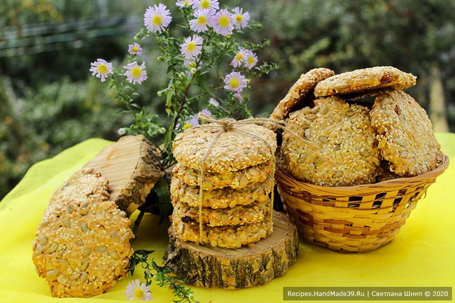 Овсяное печенье с кунжутом, изюмом и семечками
