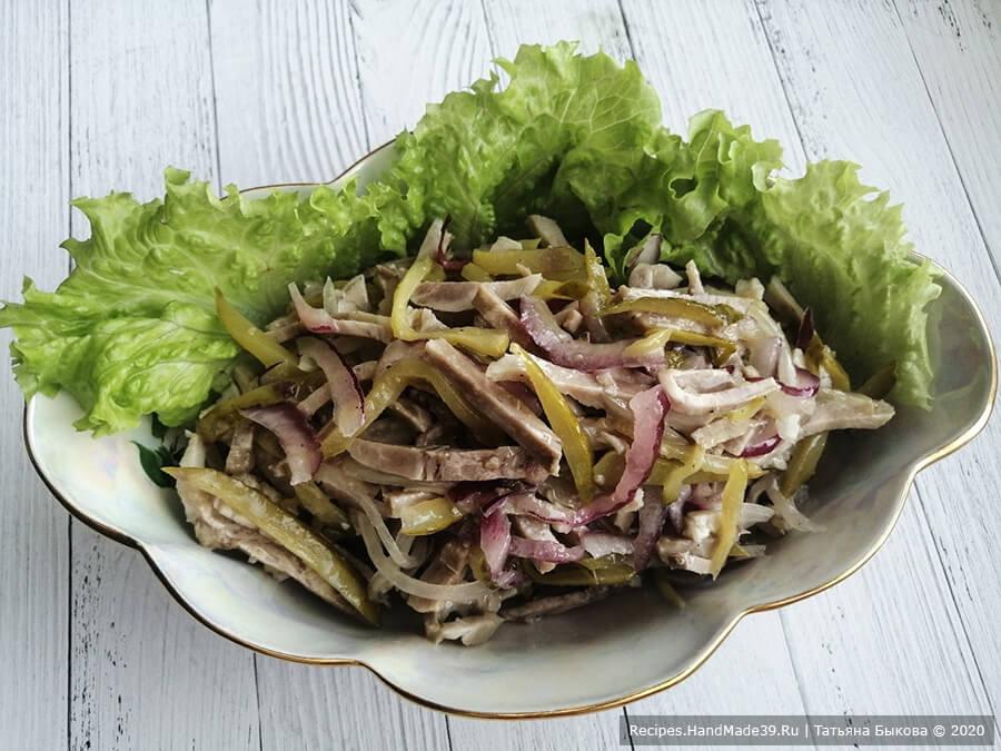 Салат «Шахтёрский» – фото шаг 6. Кипящее масло вылить в салат через сито. Салат хорошо перемешать. Оставить настояться на ночь. Приятного аппетита!