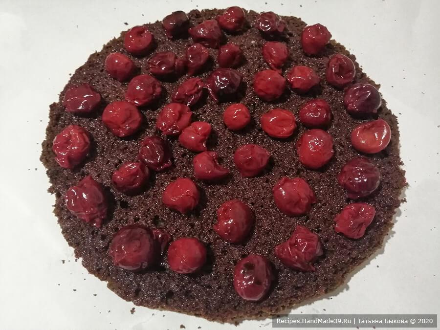 Шоколадный торт «Вишнёвый каприз» – фото шаг 10. Выложить половину вишни