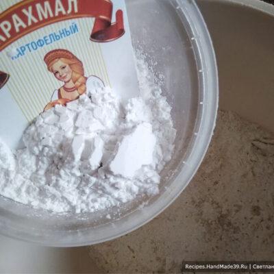Печенье «Шампиньоны» – фото шаг 2. Просеянную через сито муку соединить с кукурузным крахмалом, разрыхлителем для теста и солью
