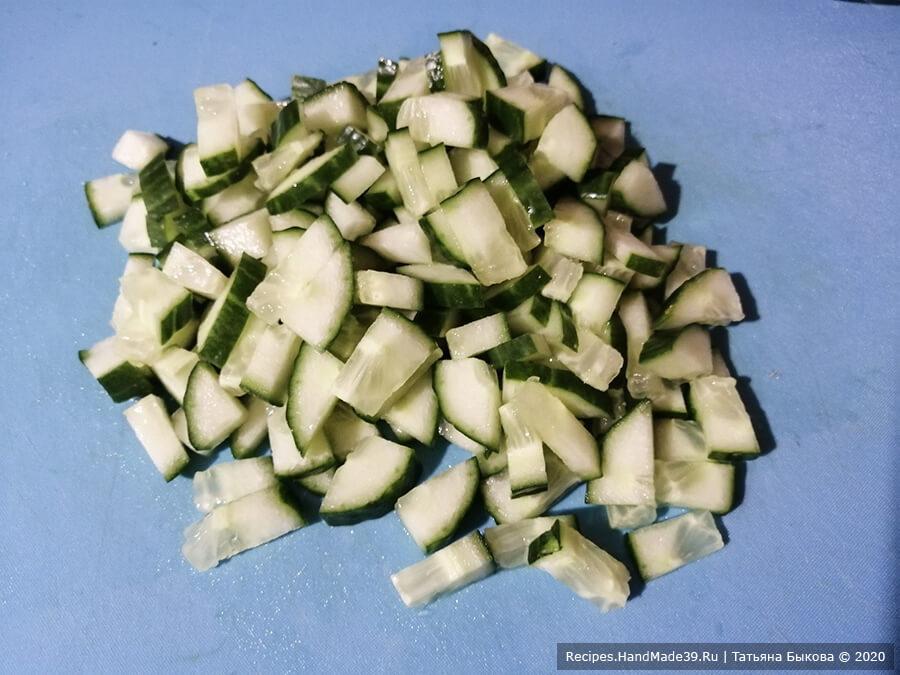 Салат с креветками – фото шаг 2. Огурец вымыть, нарезать кубиками