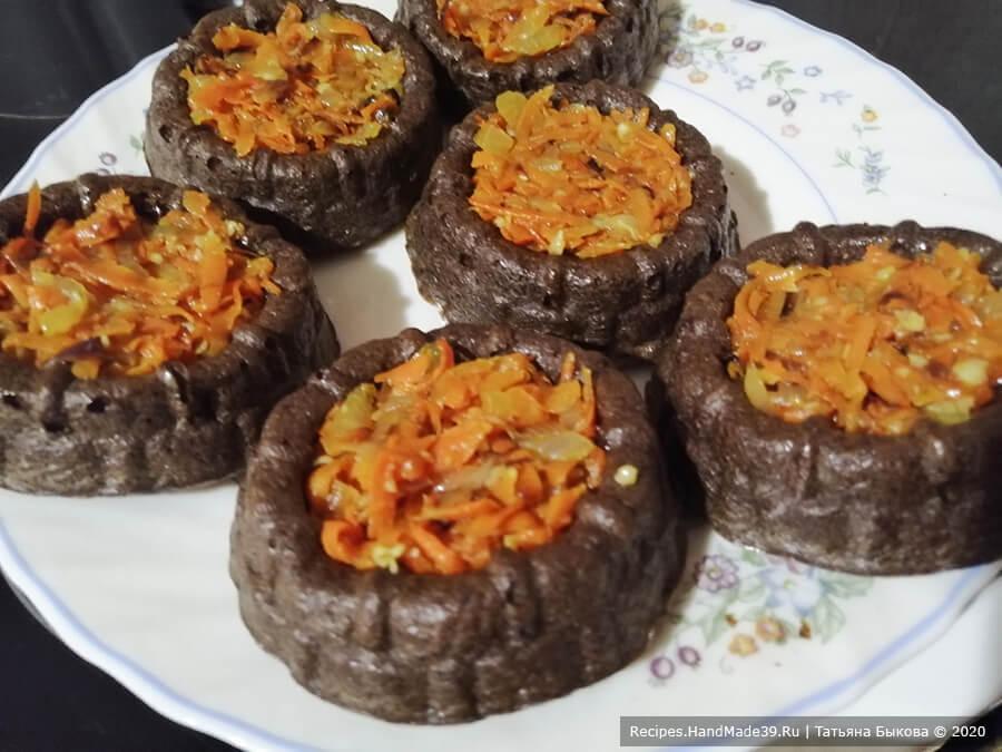 Печёночные кексы с начинкой – фото шаг 6. В готовые кексы в середину выложить по 1-2 ч. л. овощной начинки