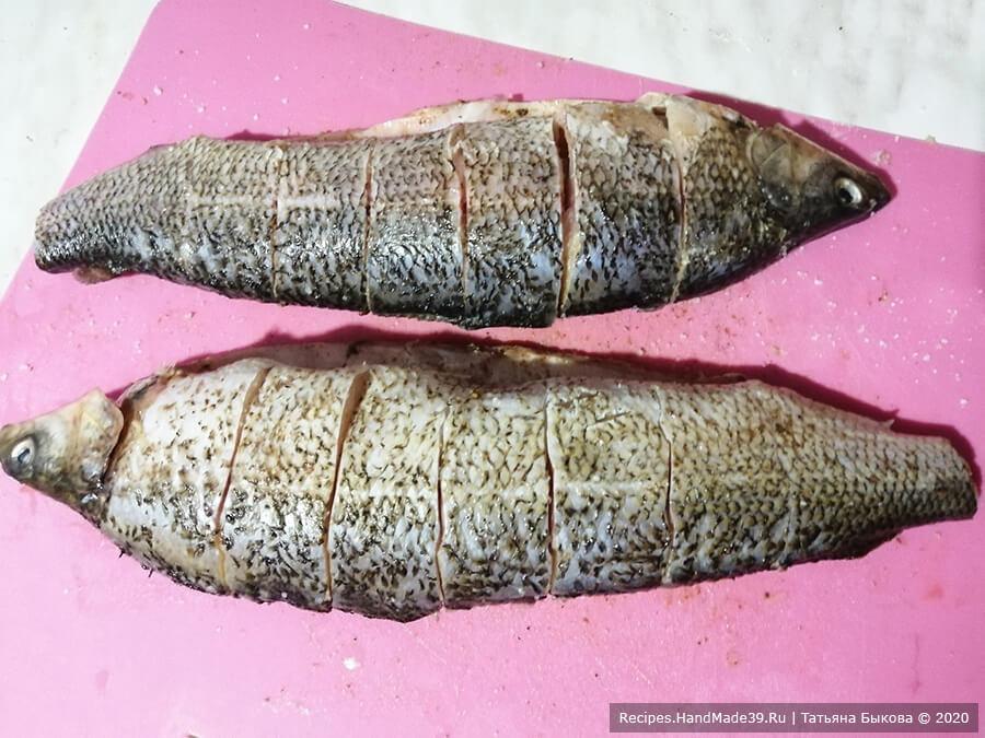 Рыба в медово-чесночном соусе – фото шаг 1. Рыбу очистить, выпотрошить, сделать порционные разрезы до хребта