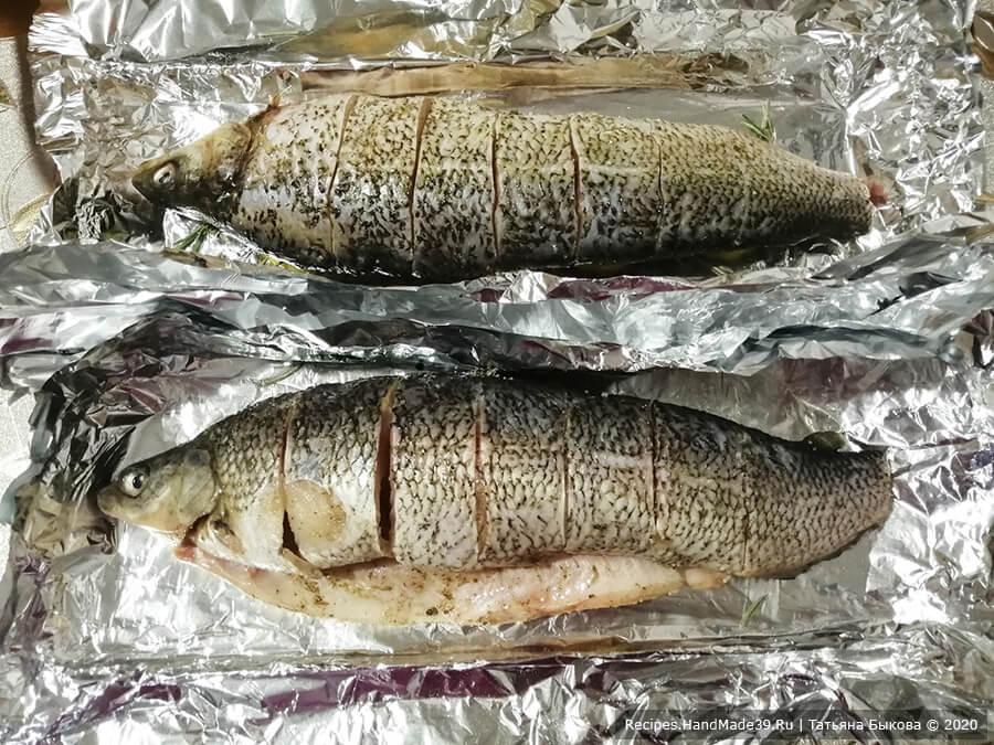 Рыба в медово-чесночном соусе – фото шаг 3. Рыбу поперчить, посолить, выложить на лимоны