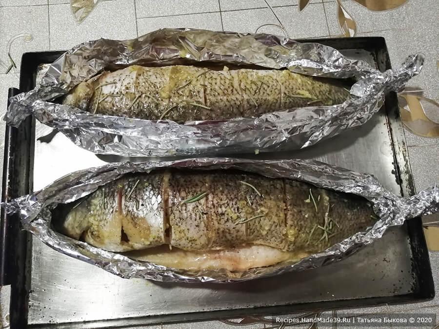 Рыба в медово-чесночном соусе – фото шаг 5. Свернуть фольгу лодочкой, оставляя рыбу открытой