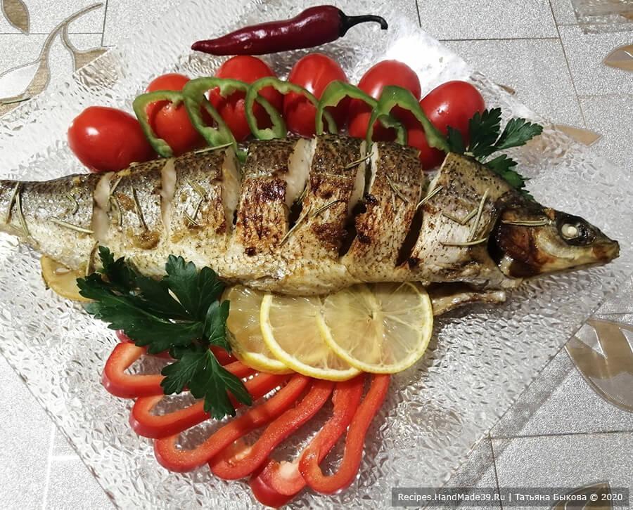 Рыба в медово-чесночном соусе – фото шаг 6. Поставить рыбу запекаться на 30-40 минут в духовку, разогретую до температуры 200 °C. Через 20 минут от начала запекания рыбу достать, полить выделившимся соком и допекать до готовности. Подавать с зеленью и свежими овощами. Приятного аппетита!