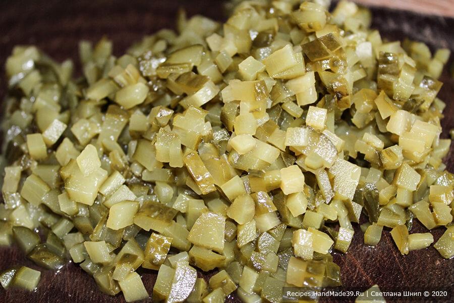Салат «Бычок» – фото шаг 2. Огурцы нарезать кубиками