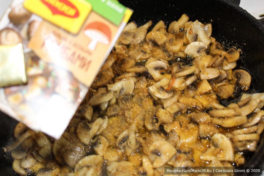 Салат «Бычок» – фото шаг 3. Шампиньоны нарезать пластинками, обжарить с добавлением раскрошенных грибных кубиков