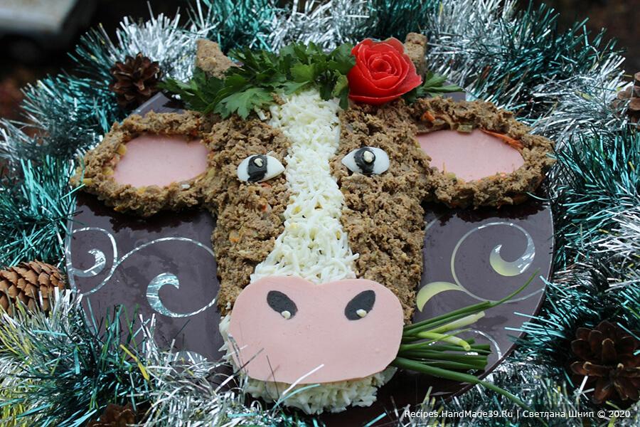 Салат «Бычок» – фото шаг 8. Центральная полоса на морде бычка – тёртый варёный белок. Уши и рот – варёная колбаса. Глаза – варёный яичный белок. Зрачки можно оформить с помощью маслин, листа нори или пищевого красителя. Приятного аппетита!