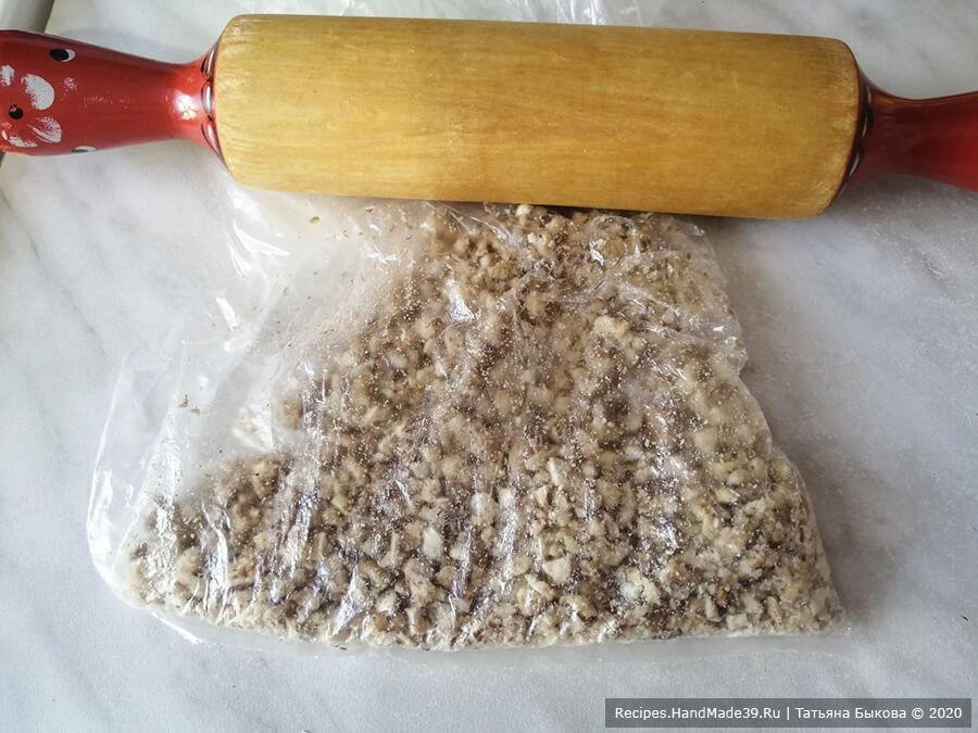 Салат с курицей и ананасами – фото шаг 4. Грецкие орехи промыть, обсушить бумажным полотенцем, слегка обжарить и прокатать скалкой