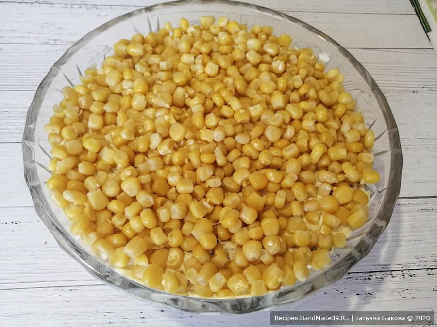 Салат с курицей и ананасами – фото шаг 11. 5-й слой – консервированная кукуруза