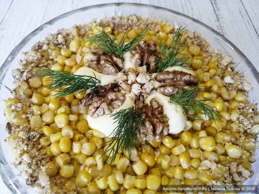 Салат с курицей и ананасами – фото шаг 12. Сверху салат покрыть майонезом, посыпать грецкими орехами и украсить зеленью. Приятного аппетита!