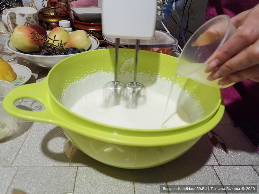 Медовик на сковороде – фото шаг 8. Сметану и сгущённое молоко соединить и взбить миксером в течение 4 минут на высоких оборотах. Добавить цедру 1 лимона и, продолжая взбивать, влить сок лимона