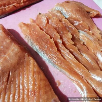 Слабосолёный лосось с апельсином – фото шаг 2. Почищенную рыбу нарезать ломтиками