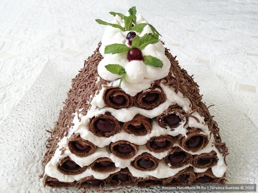 Блинный торт «Монастырская изба» – фото шаг 5. Посыпать «избу» тёртым шоколадом. Украсить по желанию. Поставить в холодильник. Приятного аппетита!