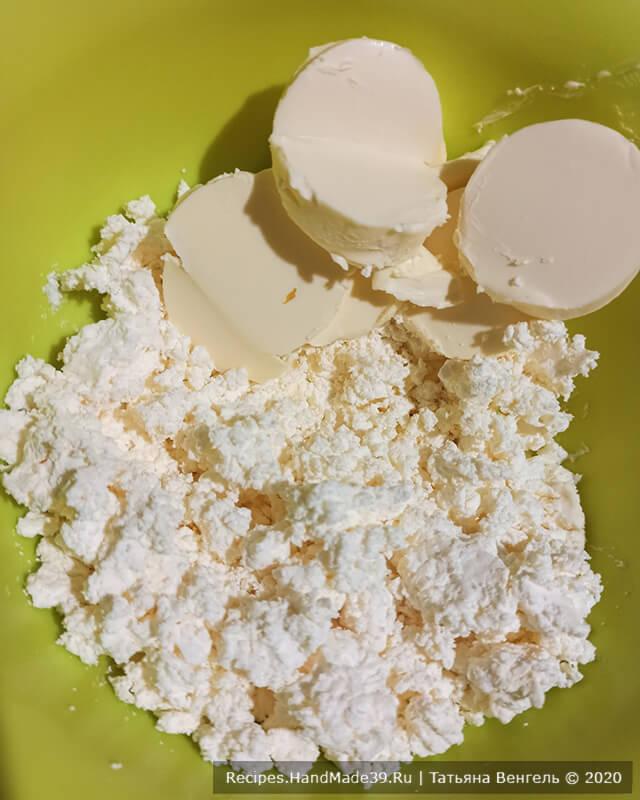 Печенье с арахисовой начинкой – фото шаг 1. Соединить творог со сливочным маслом, перемешать вилкой