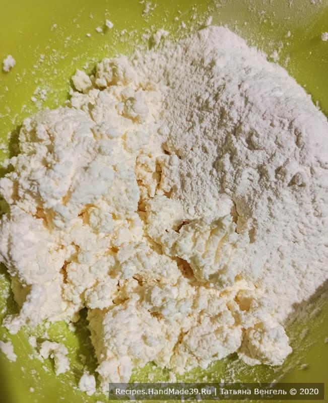 Печенье с арахисовой начинкой – фото шаг 2. Постепенно всыпать муку с разрыхлителем