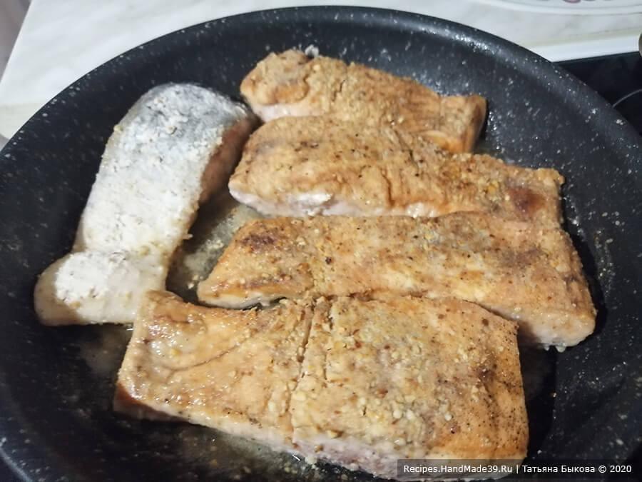Лосось с орехами – фото шаг 3. Обжарить каждый кусочек на сильном огне с двух сторон в смеси растительного и сливочного масла