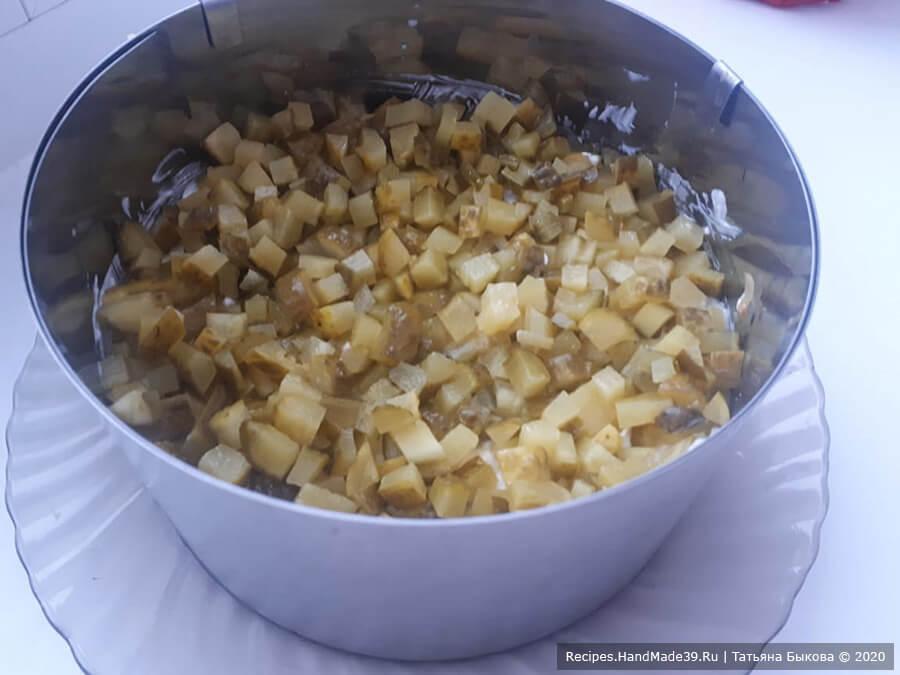 Салат с копчёной курицей – фото шаг 4. 4-й слой: огурцы + немного майонеза