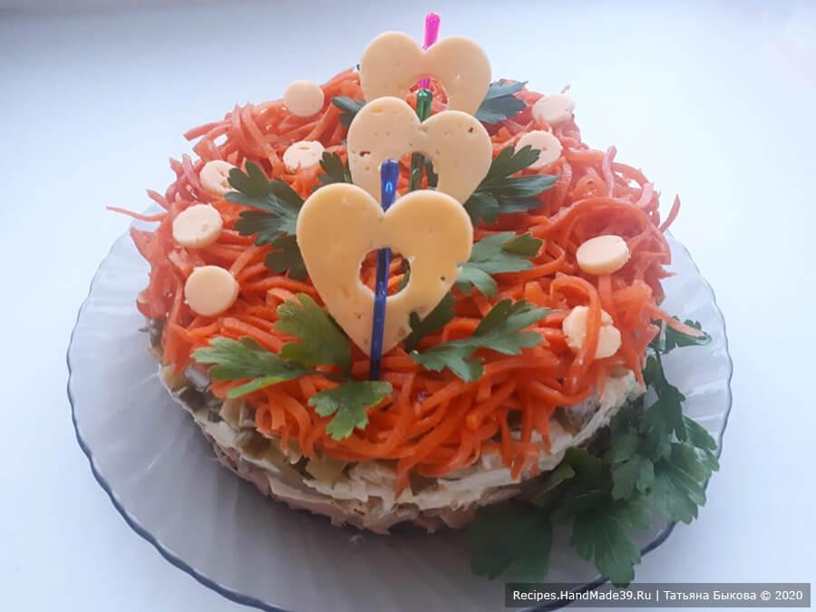 Салат с копчёной курицей – фото шаг 6. Кольцо снять. Салат украсить зеленью. Приятного аппетита!