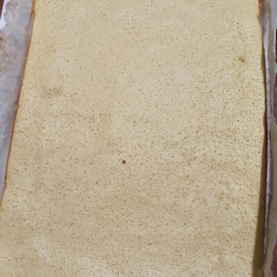 Бисквитный рулет с творожно-масляным кремом – фото шаг 6. Выпекать тесто около 12 минут в духовке, разогретой до температуры 180 °C