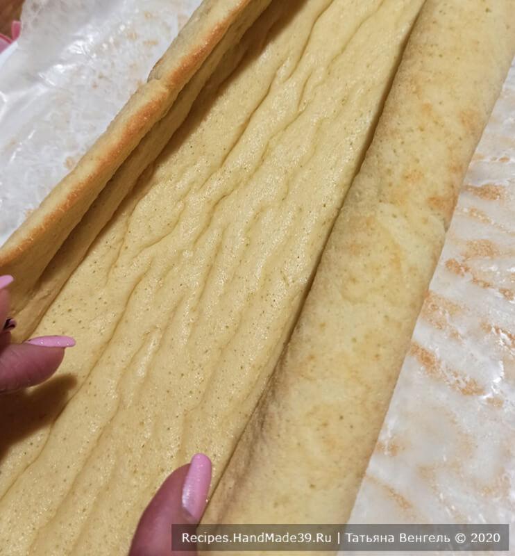 Бисквитный рулет с творожно-масляным кремом – фото шаг 7. Свернуть готовый бисквит в рулет вместе с бумагой, дать остыть, развернуть, снять бумагу