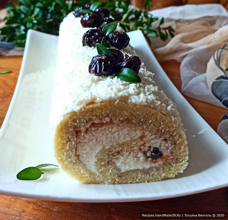 Бисквитный рулет с творожно-масляным кремом – фото шаг 14. Украсить рулет остатками крема, посыпать кокосовой стружкой, украсить вишней. Приятного аппетита!