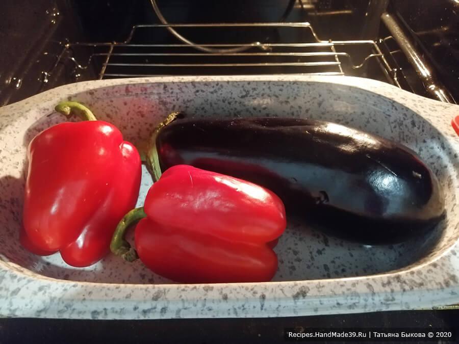 Салат «Ацецили» – фото шаг 1. Баклажаны и сладкие перцы выложить на противень, застеленный бумагой для выпечки. Овощи перед запеканием надо проткнуть вилкой, чтобы в духовке они не взорвались. Запечь целыми в духовке при 210 °C 30-35 минут