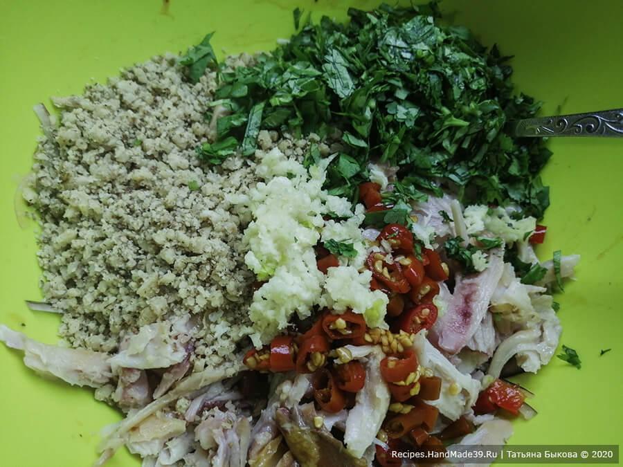 Салат «Ацецили» – фото шаг 5. Зелень нарезать не очень мелко. Добавить измельчённый чеснок, зелень, хмели-сунели