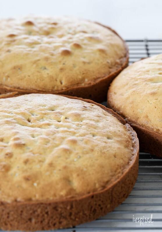 Рождественский торт с грецкими орехами – фото шаг 3. Выпекать коржи 25-30 минут в духовке, предварительно разогретой до температуры 175-180 °C