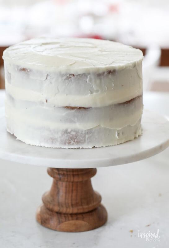 Рождественский торт с грецкими орехами – фото шаг 7. Обмазать оставшимся кремом весь торт