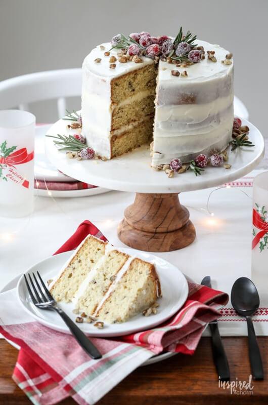 Рождественский торт с грецкими орехами – фото шаг 8. Украсить торт по своему вкусу, в нашем случае – кусочками грецкого ореха, засахаренной клюквой и веточками розмарина. Приятного аппетита!