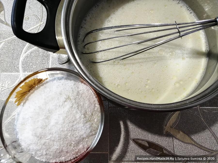Торт «Баунти» – фото шаг 5. В сотейнике соединить желтки, сахар, крахмал, влить молоко, кокосовое молоко, перемешать венчиком и поставить на огонь. Довести до кипения, всыпать кокосовую стружку и варить 5 минут, постоянно помешивая