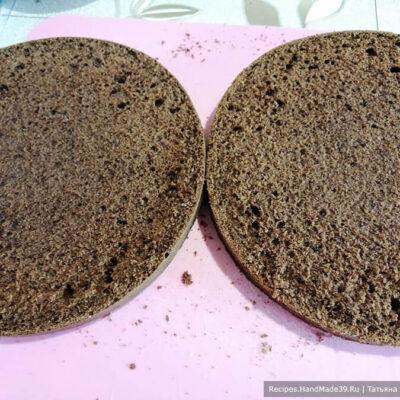 Торт «Баунти» – фото шаг 7. Сборка торта: у готового коржа срезать верхушку. Разделить его на 2 части