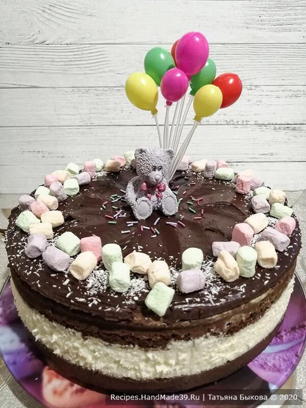 Торт «Баунти» – фото шаг 10. Торт можно не украшать, а можно украсить по-своему. Я испекла для внучки, потому украшала торт в детском стиле. Приятного аппетита!