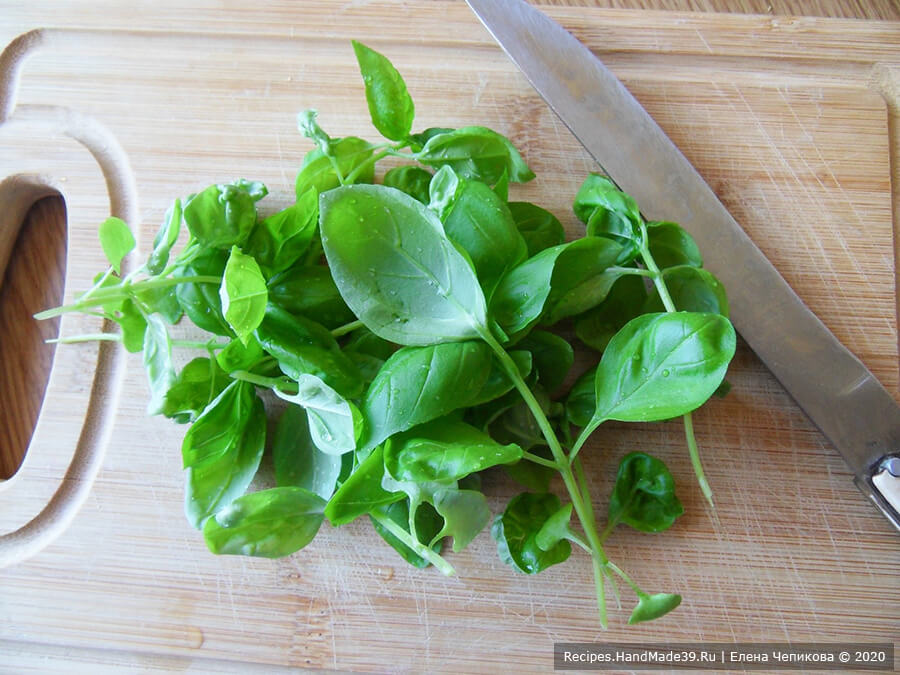 Кексы из зелёной гречки – фото шаг 4. Свежий базилик промыть, стряхнуть лишнюю влагу, зелень порубить