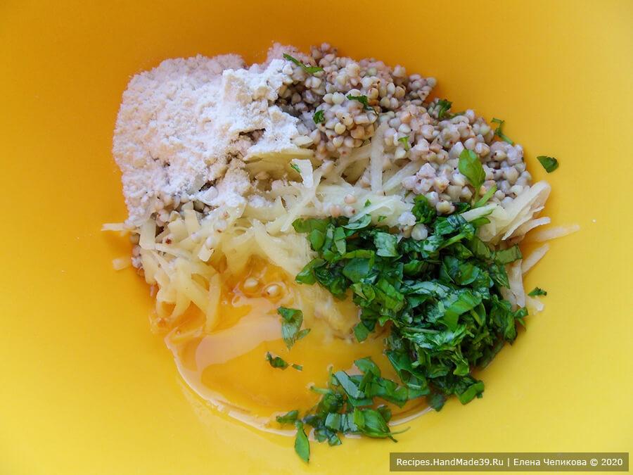 Кексы из зелёной гречки – фото шаг 5. Соединить настоявшуюся гречку, тёртый картофель, базилик, яйца, муку
