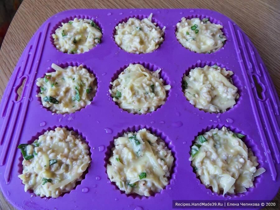 Кексы из зелёной гречки – фото шаг 7. Силиконовые формочки для кексов смочить холодной водой, выложить в них чайной ложкой итоговую массу