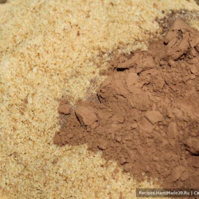 Пирожное «Картошка» из печенья и сгущёнки – фото шаг 2. В печенье добавить какао-порошок