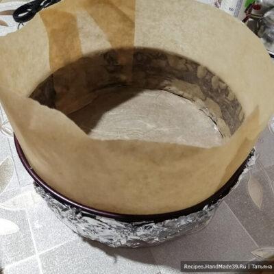 Чизкейк из обычного творога – фото шаг 2. Бока формы для выпечки смазать сливочным маслом и нарастить с помощью пергамента. Снаружи форму обернуть фольгой