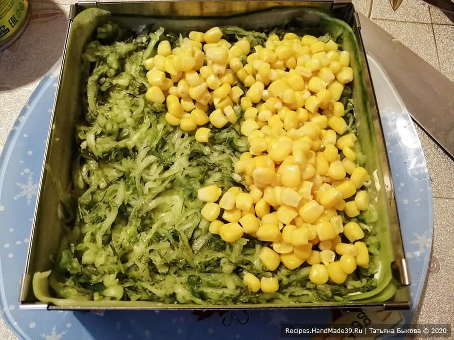 Салат с крабовыми палочками и кукурузой – фото шаг 7. 2-й слой: сыр + майонез. 3-й слой: огурцы с чесноком и укропом. 4-й слой: кукуруза + майонез