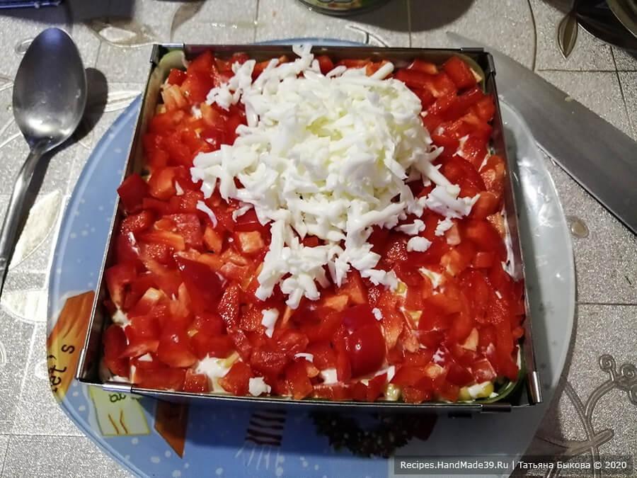 Салат с крабовыми палочками и кукурузой – фото шаг 9. 6-й слой: яичные белки + майонез