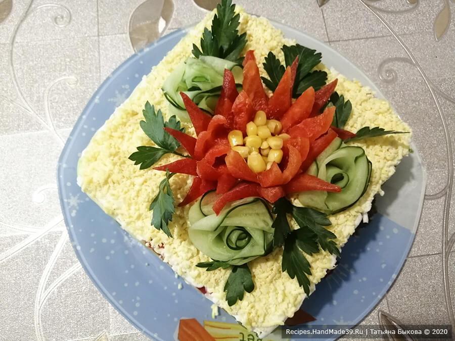 Салат с крабовыми палочками и кукурузой – фото шаг 10. Украсить салат цветком из болгарского перца и другими овощами. Приятного аппетита!