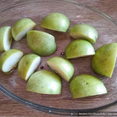 Суфле-зефир – фото шаг 1. У яблок (кислые сорта) убрать плодоножку, разрезать плоды на 4 части
