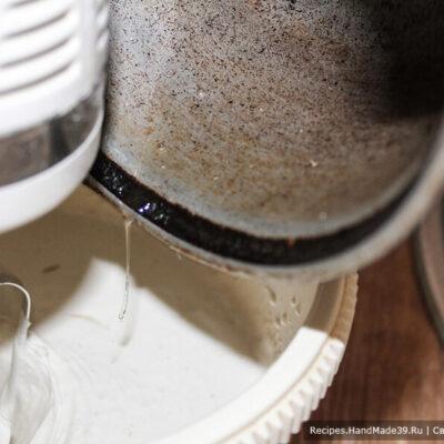 Суфле-зефир – фото шаг 9. В это время ещё раз хорошо взбить пюре и на средней скорости миксера осторожно средней струёй влить сироп в пюре по стенке чаши, чтобы сироп не попал на венчики