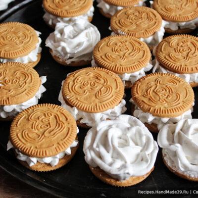 Суфле-зефир – фото шаг 12. По желанию отсадить суфле-зефир на печенье.